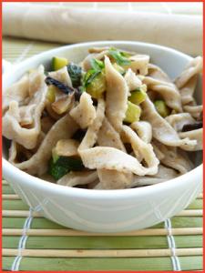 Tagliatelle-di-mare-con-champignons-e-zucchine-vegan